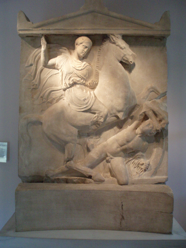 "394/3 v. Chr., Marmor, Höhe 2,21 m, Athen, Kerameikos-Museum, Inv.-Nr. P 1130.<br> Quelle: <a href=""https://commons.wikimedia.org/wiki/File:Dexileos.JPG"">User:Templar52 / Wikimedia Commons</a><br>Lizenz: Urheberrechtlich geschütztes Werk"