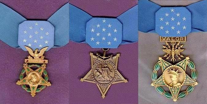 "Von links nach rechts: Heeres-, Seestreitkraft-, Luftwaffen-Medaille. <br>Quelle: <a href=""https://commons.wikimedia.org/wiki/File:Medalsofhonor2.jpg"">User:Xanderliptak  / Wikimedia Commons</a><br>Lizenz: Public Domain"