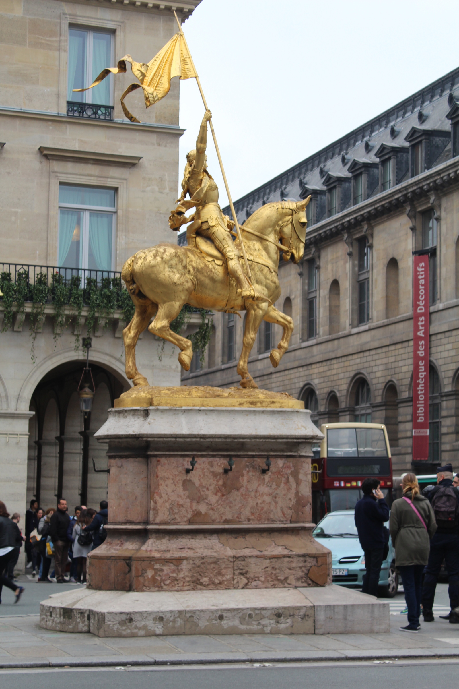 1900, vergoldete Bronze, Place des Pyramides, Entwurf von Etienne Frémiet.<br>