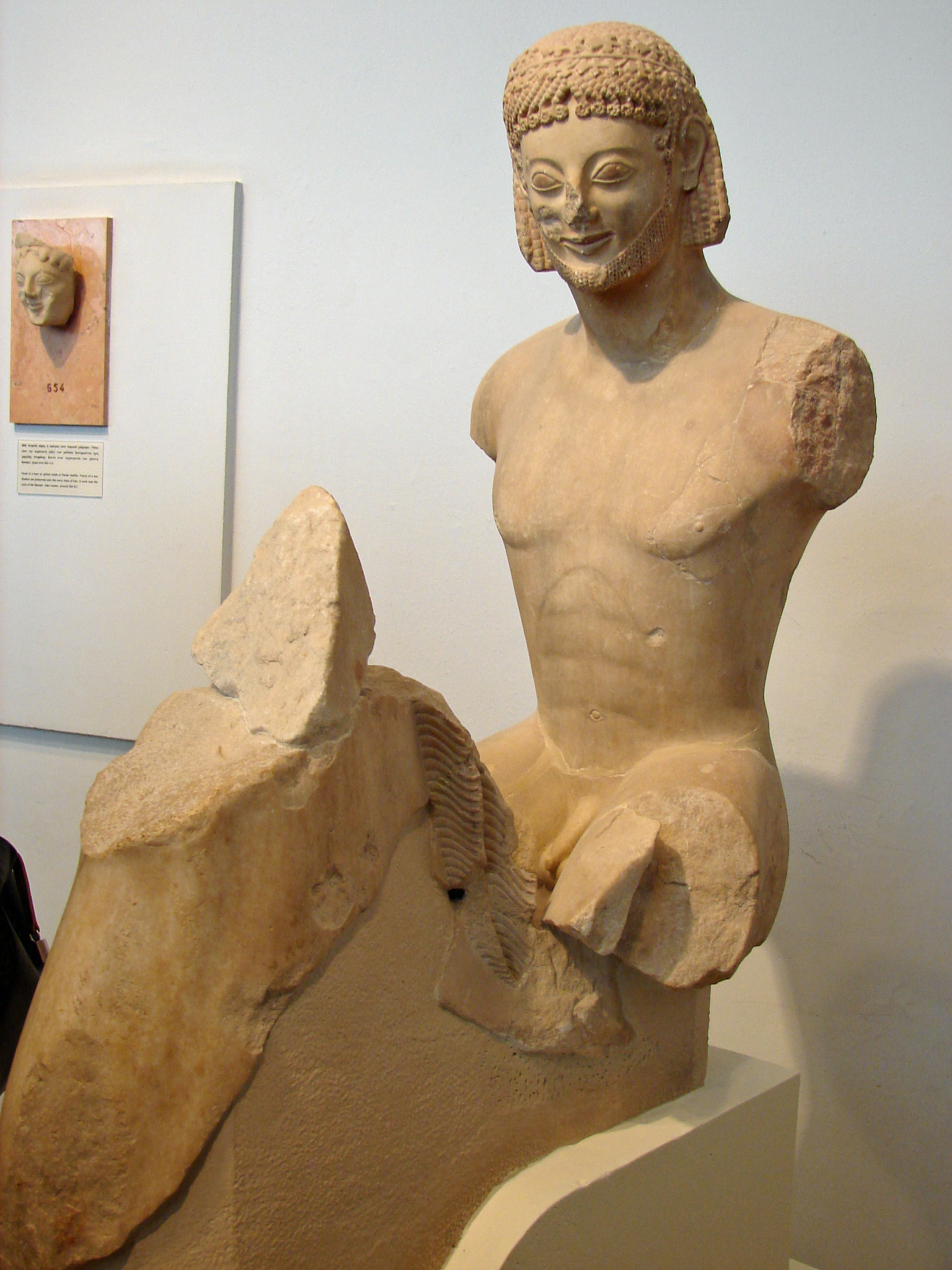 fragmentiert, ca.  560–550 v. Chr., Athen, Akropolismuseum, Inv.-Nr. 590.<br>