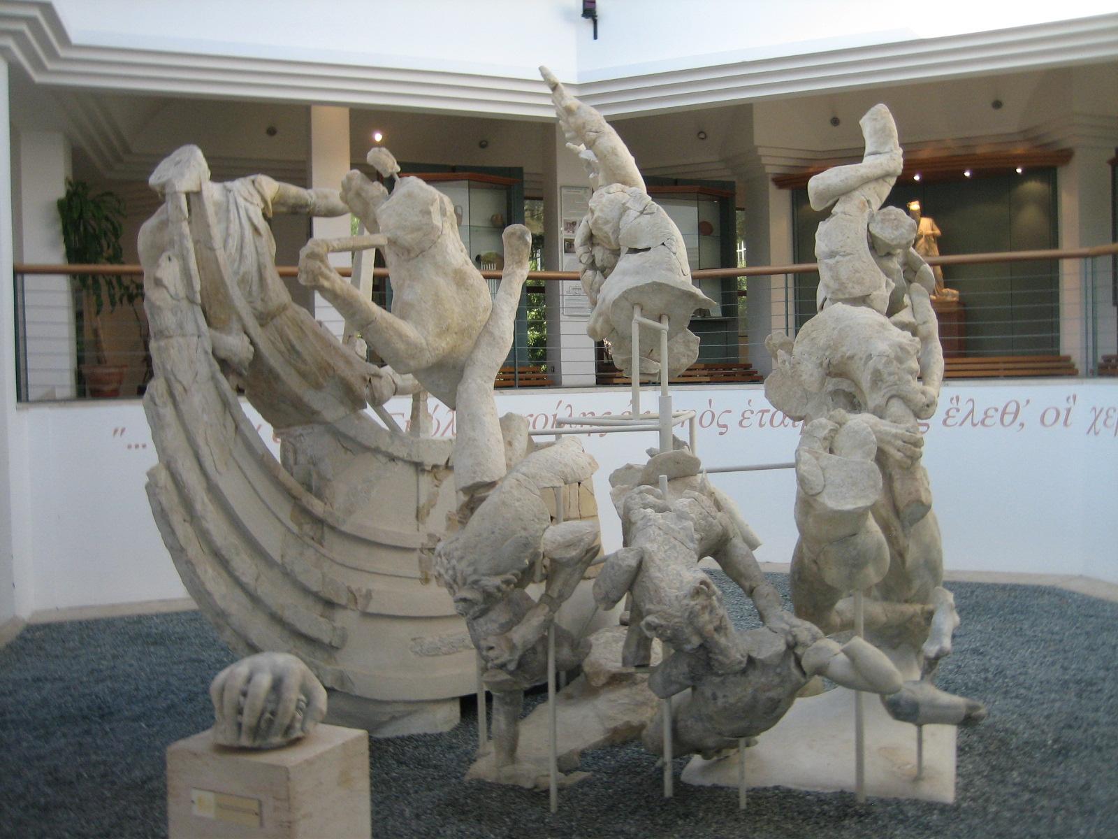 "Späthellenistische Statuengruppe (Ende 1. Jh. v. Chr.) aus der Villa von Sperlonga. Marmor. Museo Archaelogico di Sperlonga.<br>Quelle: <a href=""https://www.flickr.com/photos/8057065@N04/4607282594"">steveilott / Flickr</a><br> Lizenz: <a href=""https://creativecommons.org/licenses/by/2.0/"">Creative Commons BY 2.0</a>"