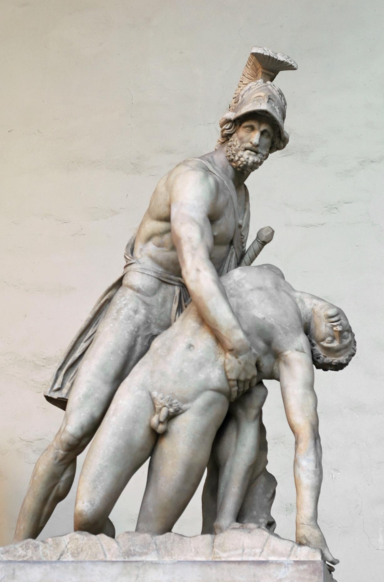 """Römische Kopie eine hellenistischen Statuengruppe (mit modernen Ergänzungen). Marmor. Florenz, Loggia dei Lanzi.<br>Quelle: <a href=""""https://commons.wikimedia.org/wiki/File:Pasquino_Group_Loggia_dei_Lanzi_2005_09_13.jpg"""">Marie-Lan Nguyen / Wikimedia Commons</a><br> Lizenz: <a href=""""https://creativecommons.org/licenses/by/2.5/deed.de"""">Creative Commons BY 2.5 Generic</a>"""