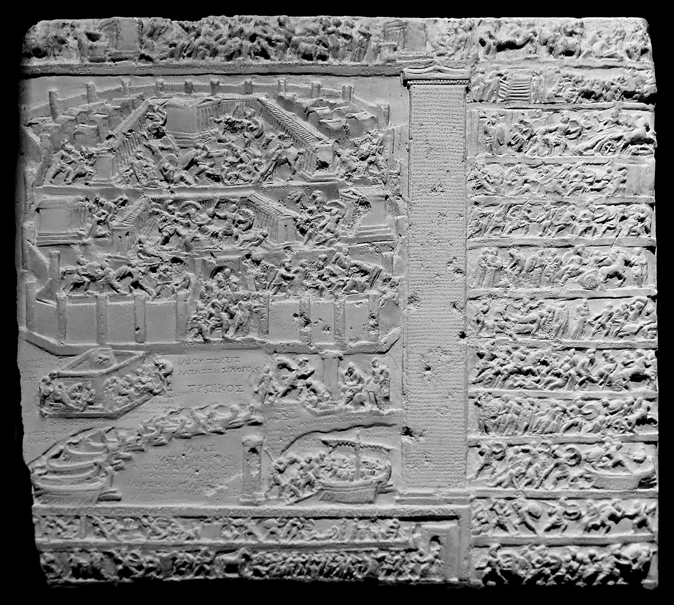"1. Jh. v./n. Chr. Marmor, Höhe 25 cm. Rom, Musei Capitolini Inv. 316.<br>Quelle: <a href=""https://commons.wikimedia.org/wiki/File:Tabula_iliaca_Musei_Capitolini_MC0316_retouched.jpg "">User:Jastrow / Wikimedia Commons</a><br> Lizenz: Public Domain"