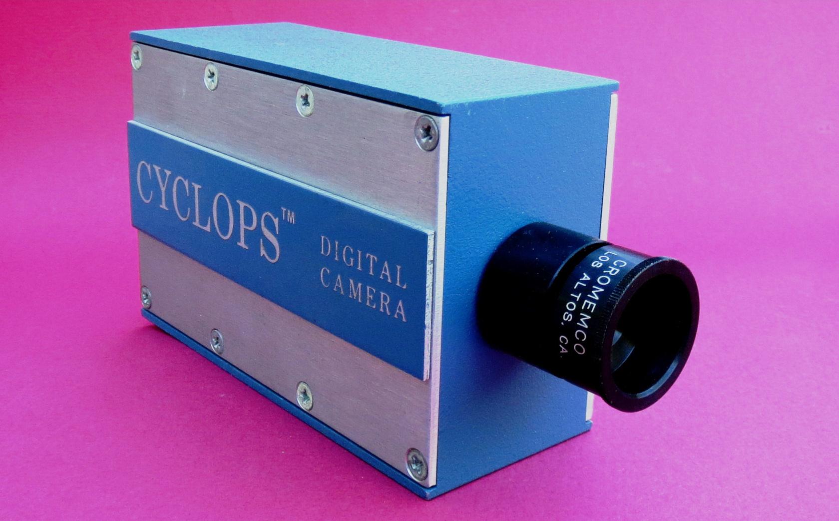 """Mit der <em>Cromemco Cyclops</em> wurde 1975 eine der ersten kommerziellen Digitalkameras vorgestellt. Das Produkt der Firma <em>Cromemco</em> besaß eine maximale Bildauflösung von 0,001 Megapixeln.<br> Quelle: <a href=""""https://commons.wikimedia.org/wiki/File:Cyclops_Digital_Camera_(1976).JPG"""">User:Cromemco / Wikimedia Commons</a><br> Lizenz: <a href=""""https://creativecommons.org/licenses/by-sa/3.0/deed.de"""">Creative Commons BY-SA 3.0</a>"""
