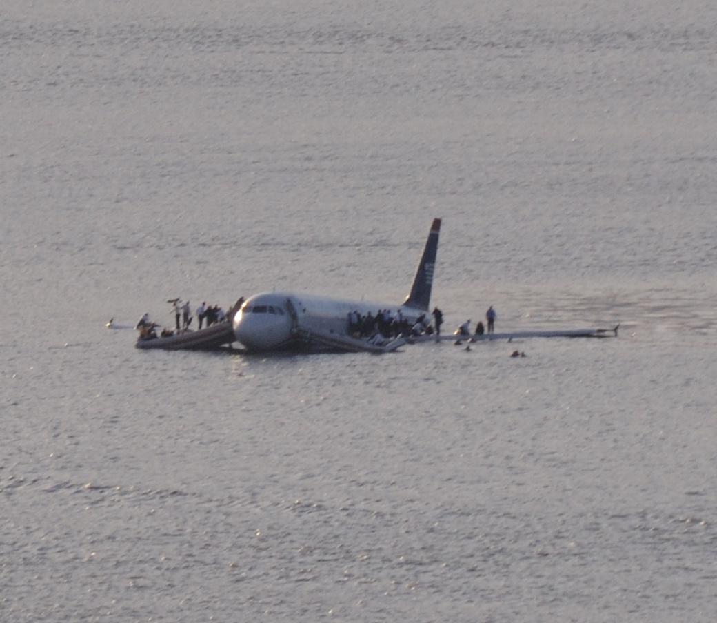 Foto des notgewasserten US-Airways-Fluges 1549 im Hudson River