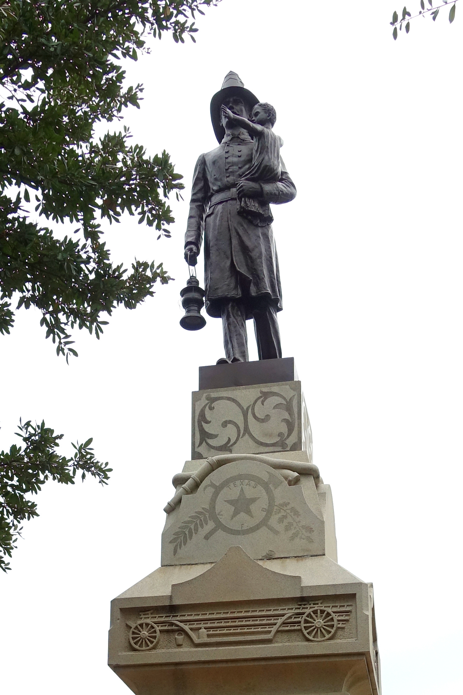"""1896, Entwurf von J. Segesman. <br>Quelle: <a href=""""https://commons.wikimedia.org/wiki/File:Volunteer_Firemen_Monument_-_Texas_State_Capitol_grounds_-_Austin,_Texas_-_DSC08297.jpg"""">User:Daderot / Wikimedia Commons</a><br> Lizenz: <a href=""""https://creativecommons.org/publicdomain/zero/1.0/deed.de"""">Public Domain / Creative Commons CC0 1.0</a>"""
